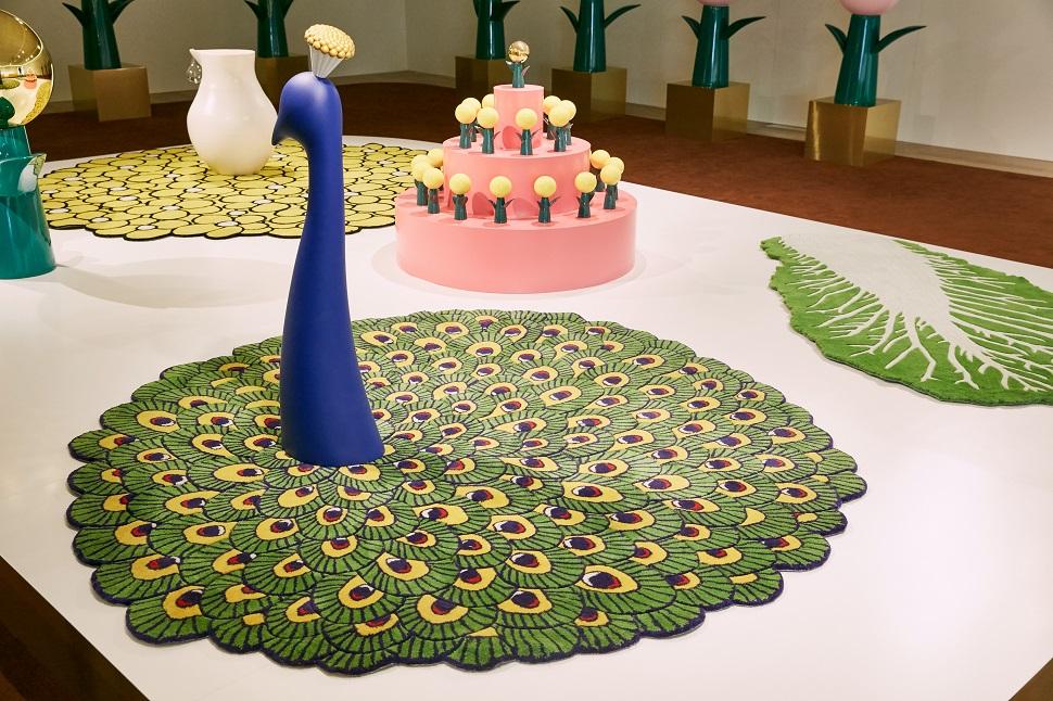 공작새, 배추 등에서 영감을 얻은 카펫 작품도 전시됐다.