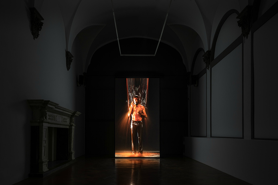 빌 비올라, 〈도치된 탄생(Inverted Birth)〉(2014). 미술관의 고요함은 작품의 영적 분위기를 돋보이게 한다.