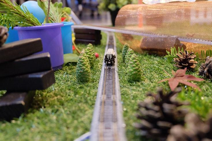 리즈닝미디어, 정원여행-물,흙,바람,빛, 2017, 기차모형, 혼합매체, 프로젝션 영상, 가변설치
