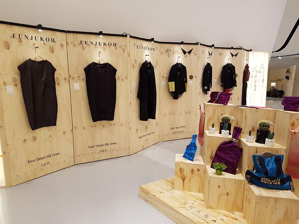 서울패션창작스튜디오와 아름지기가 선보이는 한복 업사이클링 '한복, 밖을 나서다'도 볼 수 있다.