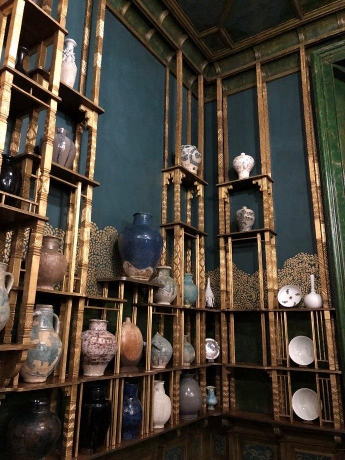 중국, 일본, 한국, 등 다양한 국가로부터 다양한 시대에 걸쳐 수집된 프리에의 다양한 세라믹