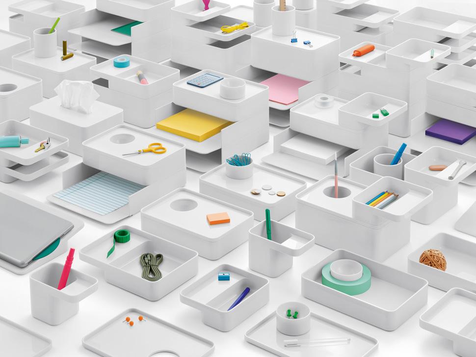 원초미에 호소하는 디자인은 주변에서 흔히 발견할 수 있는 일상적 소재로 기하학적이고 극도로 정제된 스타일로 제품을 완성하는 것으로써 사물 속 아름다움을 추구한다. 영국의 샘 헥트(Sam Hecht)와 킴 콜린(Kim Colin)이 공동창업한 디자인회사 Industrial Facility가 제시한 아름다움은 만들고 사용하고 기억하는 인간의 행위가 평형상태(equilibrium)를 이루는 공간이다. Industrial Facility (London, England, United Kingdom, founded 2002): Sam Hecht (British, b. 1969) and Kim Colin (American, b. 1961) for Herman Miller (Zeeland, Michigan, USA, founded 1905); Formwork series, 2014; ABS plastic with non-slip silicone base COPYRIGHT: Cooper Hewitt