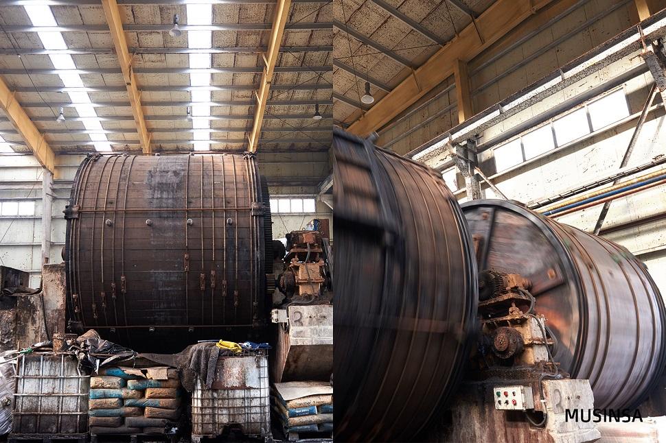 무게 30톤의 초대형 배럴에 가죽과 탄닌을 넣고 베지터블 가공을 진행한다.