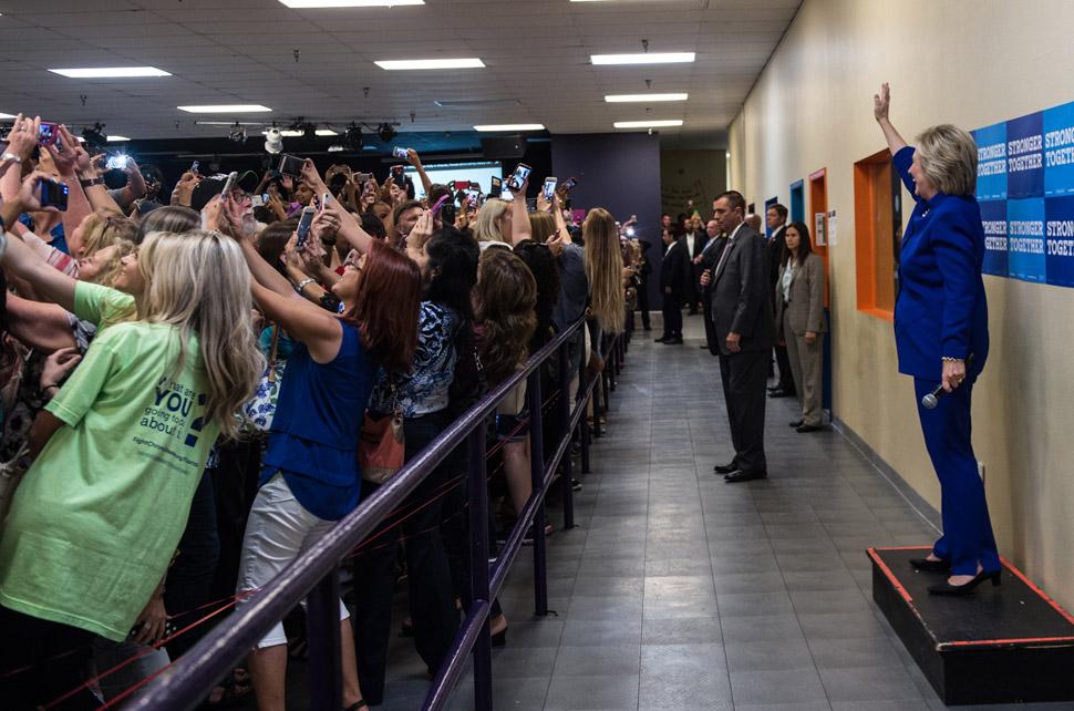 힐러리 클린턴을 배경삼아 셀피를 찍으려는 사람들의 모습에서 셀피에 열광하는 현대인의 모습을 단적으로 읽을 수 있다.