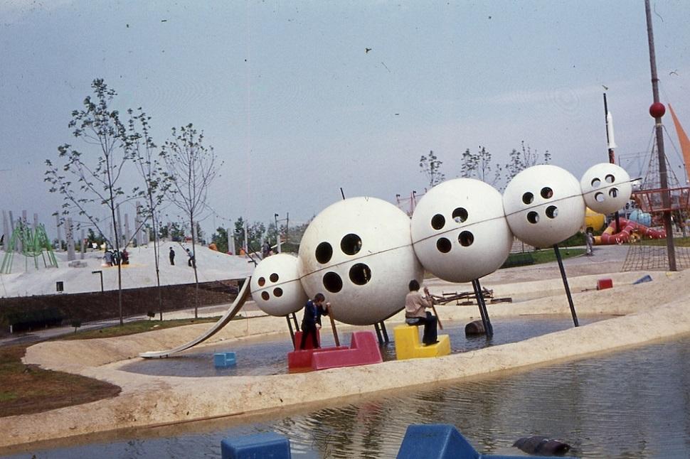 비엔나 오베를라에 있는 쿠르파르크 공원의 1960~70년대풍 어린이 놀이터는 보기에 재미있게 디자인됐지만 오늘날 안전 기준에 의거하면 건설 허가가 나지 않는다. 과거의 건설 시공 규칙과 지침서에 따라 지어진 건물이나 시설물이 오늘날 건축 지침 기준에 비해 덜 안전하다는 이유로 모조리 철거하고 재건축하는 것은 해결책이 아니며 무엇보다도 건축사적 측면에서 절대 바람직한 대책도 아니다. 건물의 안전점검을 철저히 하여 사고를 방지하고 사고 발생 시에 효과적으로 대처하도록 대비하는 것이 최선책이다. Image: MA 42 - Wiener Stadtgärten. Courtesy: 〈Form follows Rule〉 exhibition at Architekturzentrum Wien.