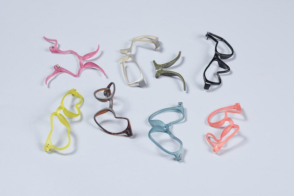 아브라함 코른펠트(Avraham Cornfeld)가 디자인한 미쉬카폰트(MishkaFont) 안경 디자인. 안경이 착용자의 나쁜 시력을 교정해주는 의료도구라는 개념은 오래 전에 파괴되었다고 믿는 디자이너는 안경테를 추상화된 서체로 변신시켜서 안경이라는 기능적 사물을 실험적인 예술적 대상으로 다시 봐달라고 호소한다. Image by Shay Ben Efraim. Courtesy: Design Museum Holon.