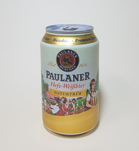 파울라너 헤페 바이스비어(PAULANER Hefe-Weissbier). 독일 뮌헨을 대표하는 6대 맥주 회사 중 하나인 파울라너의 맥주다. 테이블에 앉아 맥주를 마시는 사람들, 맥주를 서빙하는 소녀의 일러스트에서 이 맥주의 특징으로 꼽히는 부드러운 거품의 맥주맛을 엿본다.