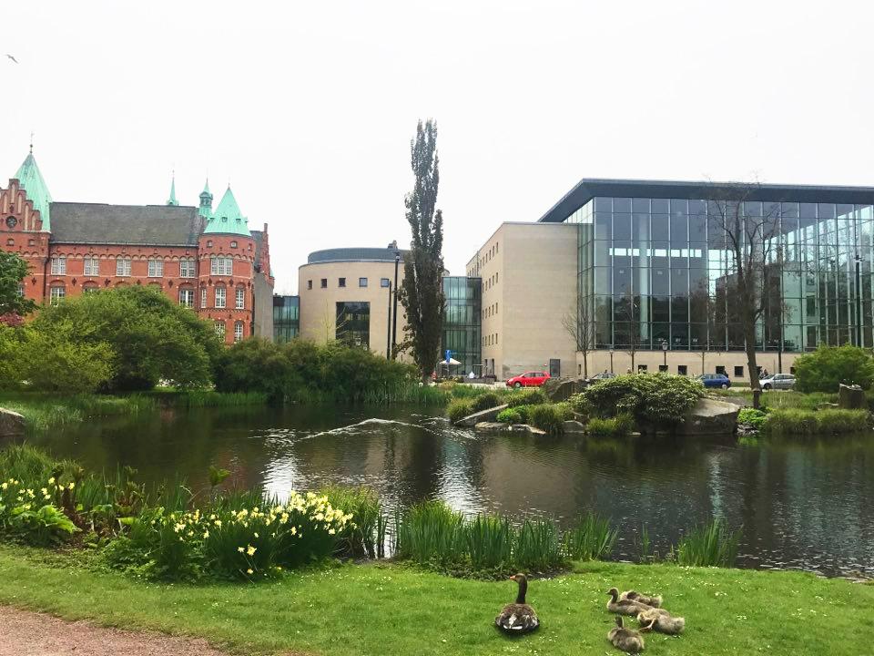 말뫼 시립도서관(Malmo city library). 좌측의 캐슬과 우측의 스퀘어를 이어주는 실린더 건물로 구성되어 있다.