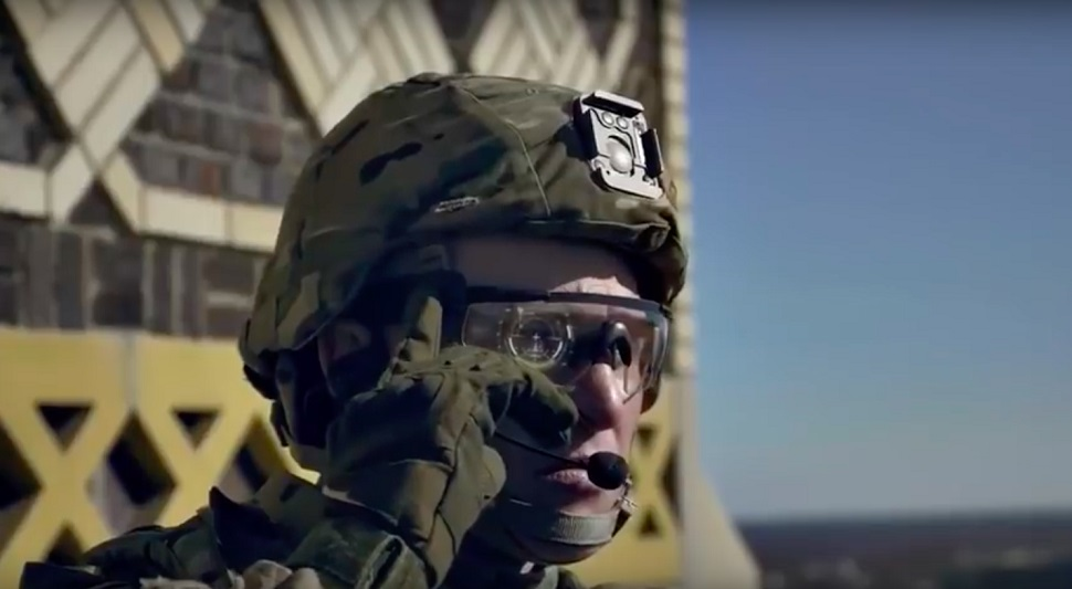 가까운 미래 미군이 실용화를 앞두고 있는 전술 부대 전투용 증강현실 HUD(head Up Display) 전방 시현 장치 안경. 가상/증강 현실 디스플레이 안경의 원형은 군사용 공군 비행기와 탱크에서 사용되었던 HUD 기술로 거슬러 올라간다. Courtesy: U.S. Army.