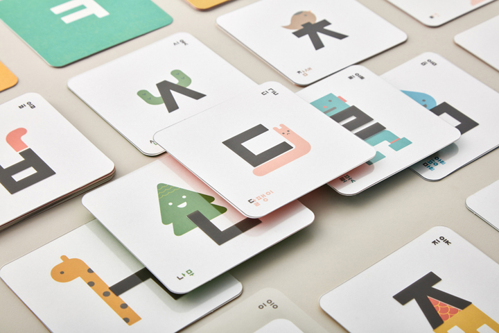 투명 카드와 종이 카드를 맞추며 퍼즐 놀이도 하고 뒷면은 엠보 처리돼 한글을 만지면서 느낄 수 있는 이응이 한글 카드. 모음자를 활용해 단어 만들기도 할 수 있다.