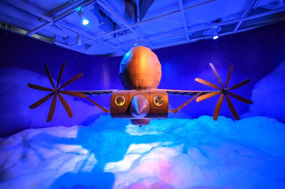 전시장에는 〈천공의 성 라퓨타〉에 등장하는 비행선이 조형물로 제작, 설치되어 있다.