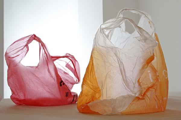 대중소비사회의 심볼 중의 하나인 비닐봉투. 비닐봉투는 전 세계에서 매년 평균 1조 장이 사용되는 가장 흔한 플라스틱 제품이지만 그중 5%만이 재활용되고 있다. 한 장의 비닐봉투가 완전히 부패, 분해되려면 기후 조건과 매립장 환경에 따라 20년에서 최대 1천 년이 걸린다. 자료 출처: TexasVox.org. 현대미술가 카더 아티아(Kader Attia)의 설치작품 <비닐 봉지(Plastic Bags)> 2008년. Courtesy: artists.