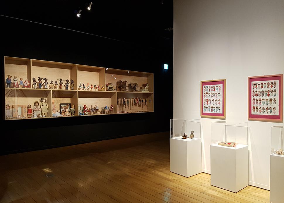 '인형놀이'는 여러가지 소품, 가구, 건축의 양식 등을 통해 당시의 생활상을 보여준다.
