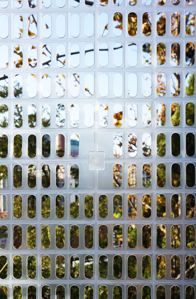 내부에서 플라스틱 바구니 파사드를 통해 외부 풍경을 바라본 모습 ©M.A.P