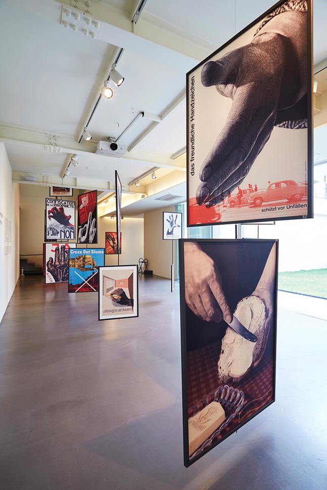 다양한 사이즈의 포스터들이 천장에 매달려 있다. 액자의 양면으로 작품이 다르니 꼭 앞, 뒤 확인을 해야한다.