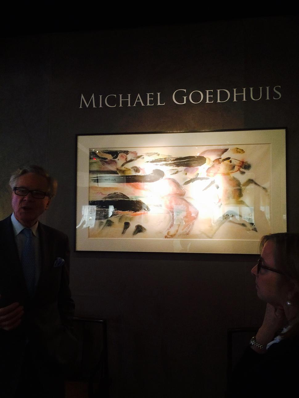 도슨트가 마이클 고드휴이스의 작품을 설명하고 있다.