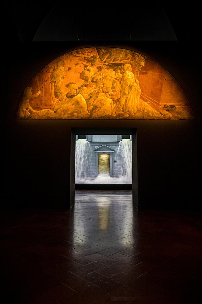 관람객은 파올로 우첼로(Paolo Uccello)의 〈홍수〉(1439-40)를 보고 난 뒤, 바로 빌 비올라의 〈폭우(The Deluge)〉(2002)를 감상하게 된다.