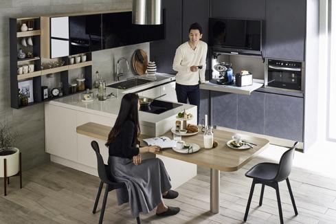 종합 홈 인테리어 전문기업 한샘은 최신 유럽 트렌드 디자인에 한국형 수납 솔루션을 제공하는 부엌가구 신제품 유로 터치 시리즈를 출시했다.(사진제공: 한샘)