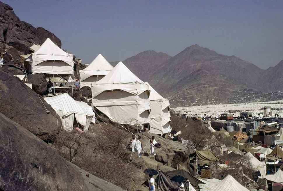 사우디 아라비아 메디나 근처 순례자를 위한 미나 마을의 숙소용 텐트촌 © 1981 Hajj Research Center / Bodo Rasch Archive.