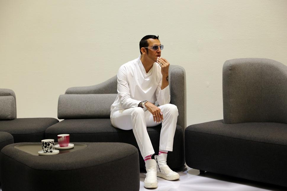 전시된 소파에 앉아있는 카림 라시드. 그는 100만 명 이상의 팔로어를 가진 유명 스타 디자이너다.(사진제공: Karim Rashid Inc., 아트센터 이다, 마이아트)
