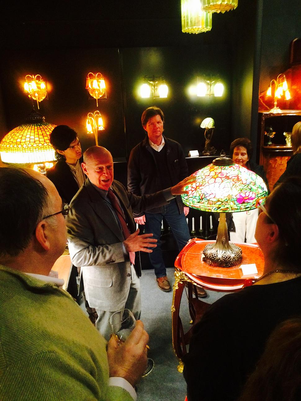 티파니 램프에 대해 설명하고 있는 도슨트