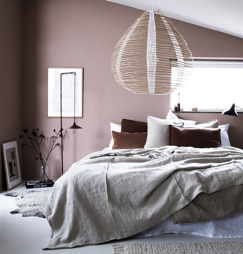 편안한 색감과 자연의 소재가 어우러지는 침실의 스타일링 ⓒ Niki Brantmark
