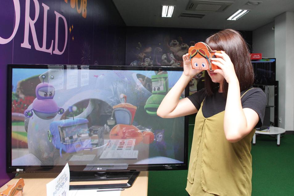 어플을 통해 손쉽게 VR체험을 할 수 있는 카드보드를 판매하고 있다.