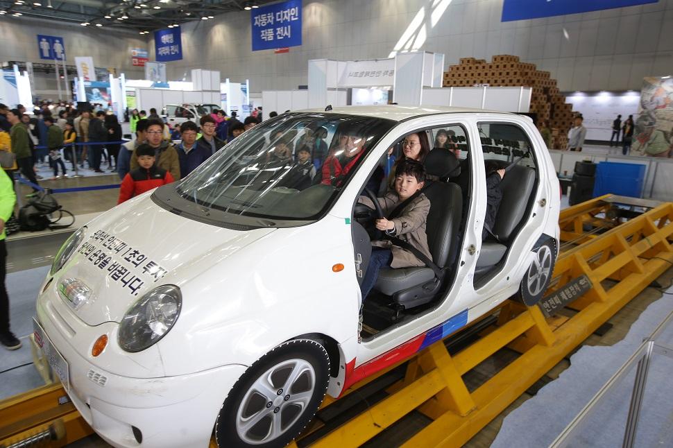 '자동차 안전체험코너'에서 체험 중인 어린이