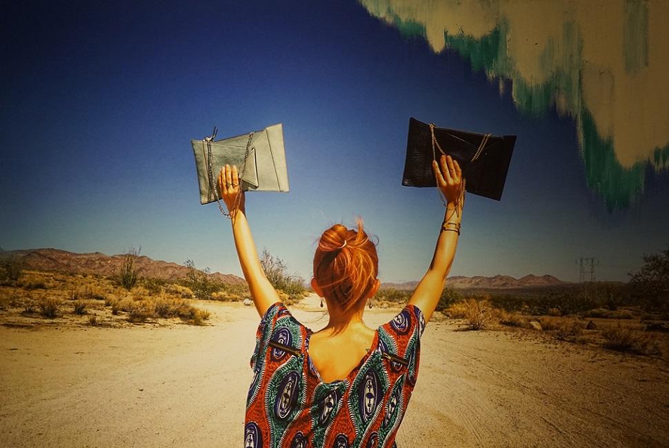 샤나는 다양한 해외 체류 경험과 여행에서 영감을 받아 디자인한 가죽 가방을 선보이고 있다.