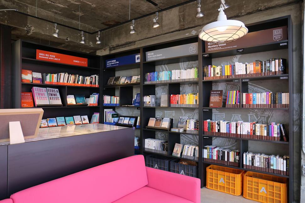 총 3층, 약 130여 평 규모의 에이팩토리 커피앤북스가 방대한 독립서점 큐레이션으로 특별한 공간이 됐다. 