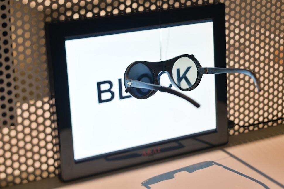 현대인의 주변은 급속히 디지털화하고 있다. 안경과 렌즈는 세상을 잘 볼 수 있게 돕는 의료도구 겸 패션 액세서리였지만, 컴퓨터와 인터넷의 발달로 점차 현실세계를 '덜' 보고 가상 세계로 인도하는 관문으로 개념이 전환하고 있다. 홀론 디자인 박물관 '오버뷰(Overview)' 전에 전시된 탈 에레즈(Tal Erez)의 블록(BLOCK) 프로젝트의 모습. 블록 안경은 오픈소스로 제작 코드를 공개해, 누구나 3D 프린터로 인쇄한 후 안경점에서 렌즈를 구입해 끼워 넣으면 쓸 수 있게 디자인됐다. Image by Shay Ben Efraim. Courtesy: Design Museum Holon.