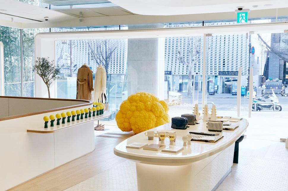 구세나 디자이너의 작품이 전시된 구호 한남 플래그쉽스토어. 구호는 구세나 작가와 콜라보, 아티산 라인을 선보였다.