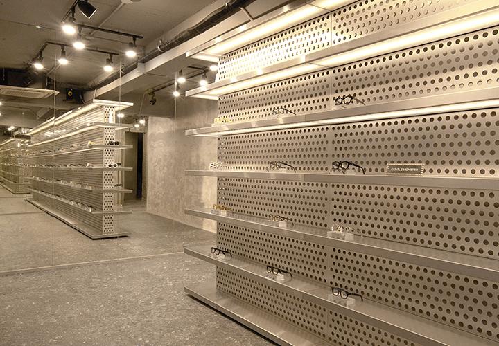 두 번째 홍대 쇼룸에서는 콘크리트 건물 정면에 뚫린 구멍을 통해 미지의 공간을 경험할 수 있다.