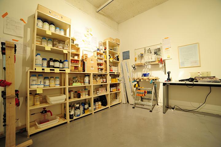 전시장으로 옮겨진 작가의 작업실. 작가의 사진작업 도구들을 볼 수 있다.