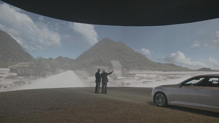 캠페인 주인공이 아들과 함께 3D 영상으로 구현된 가상의 고향을 보고 있는 모습(사진제공: 현대자동차)