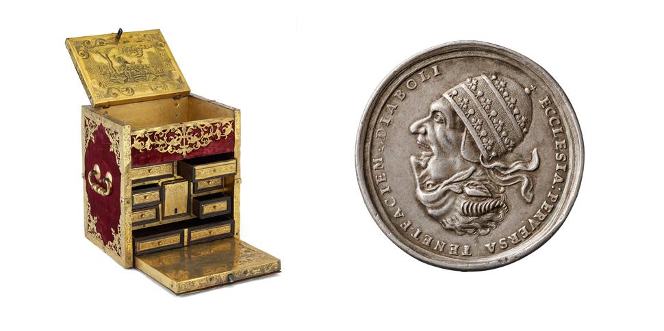 (왼쪽)16세기 후반기 만들어진 놋쇠 여행용 약 상자. 아마도 귀족들끼리 주고받았을 것으로 보이는 이 약 상자는 아끼는 상대에 대한 애정의 징표로 선사된 선물로 보인다. (오른쪽)교황의 두상을 묘사한 18세기 은메달은 한 면에는 교황, 다른 면에는 악마의 얼굴이 묘사되었고 '일그러진 교회는 악마의 얼굴을 하고 있다'는 메시지를 전한다. ⓒ Museen für Kulturgeschichte Hannover