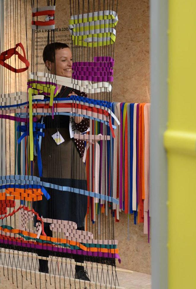 직조 작업 이벤트를 진행하는 덴마크 디자이너 호사 톨로브 크라우센 (사진제공: 서울디자인재단)