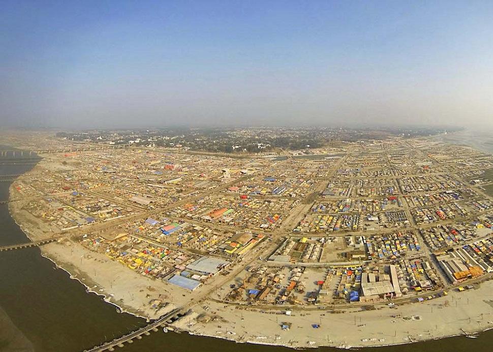 인도 알라하바드는 3년 동안 수백만 순례자들을 수용하는 축제 주최 도시로 일시 탈바꿈한다. KUMBH MELA FESTIVAL, ALLAHABAD, INDIEN © 2013 Dinesh Mehta