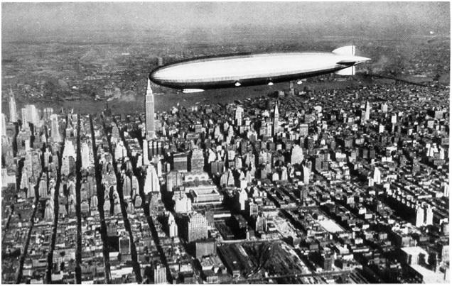 체펠린 경식 비행선. 독일의 페르디난트 체펠린(Ferdinand Graf von Zeppelin) 백작이 고안했다. 제1차 세계대전 중 폭격기로 활용되었던 긴 핫도그빵 모양을 한 체펠린(Zeppelin)은 원형적인 유선형 비행선이다. 제1차 세계대전이 끝난 후로 유럽과 미대륙 간 상업용 여객기로 인기를 끌다가 1937년 힌덴부르크 폭발 참사 이후로 운항 중지됐다. 체펠린의 유선형 몸체는 공중항해 속도와 연료 효율 면에서 최적은 아니지만 장거리 비행 대비 승객을 최다 탑승시킬 수 있다는 것이 장점이다. Image courtesy © Archiv der Luftschiffbau Zeppelin GmbH.