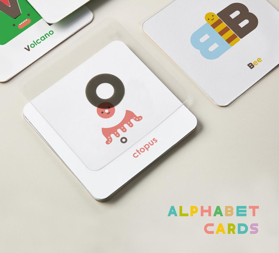 알파벳 카드. 한글 카드와 마찬가지로 투명 카드와 종이 카드를 서로 맞추어 보며 퍼즐 놀이를 할 수 있고, 뒷면의 엠보 처리된 곳을 만져보며 알파벳을 손으로 느낄 수 있다.