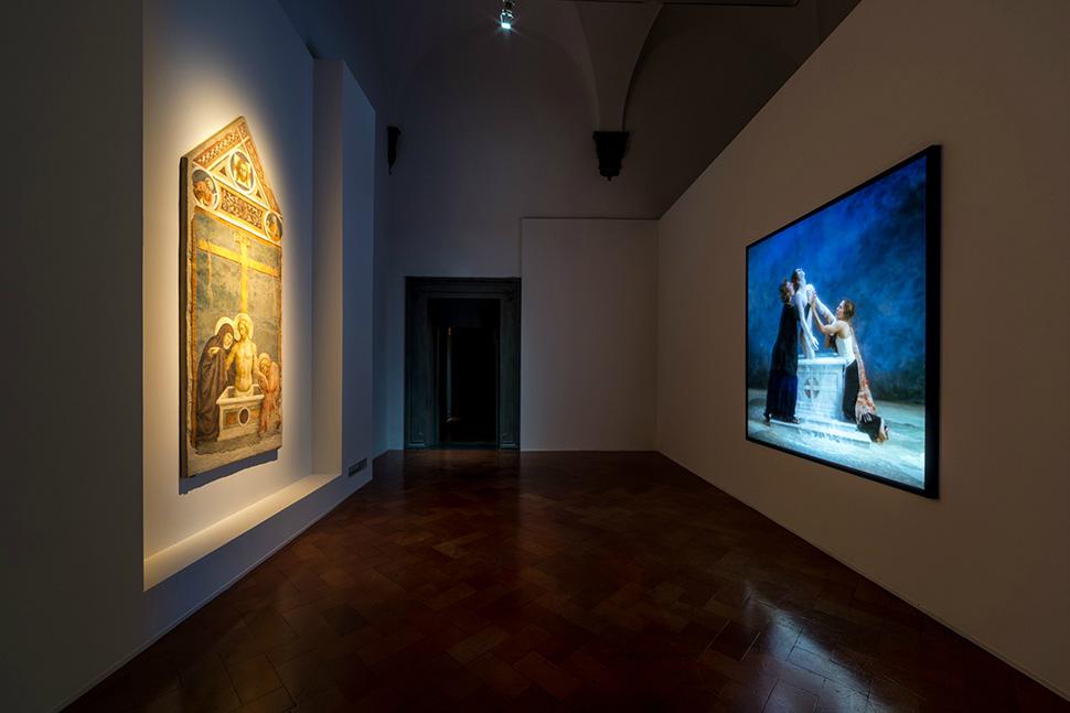 마솔리노 다 파니칼레 〈피에타〉(1424)를 참고한 〈출현(Emergence)〉(2002). 빌 비올라는 종종 종교미술을 참고하여 작품을 제작한다.