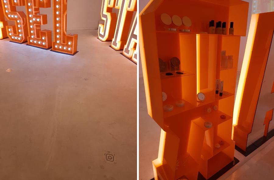 좌. 1층 전시장 바닥. 셀카가 잘 나오는 위치가 표시돼 있다. 우. 김가람 작가의 작품 뒷편에 마련돼 있는 에뛰드하우스의 화장품. 메이크업 수정후 셀카를 찍을 수 있게 했다.