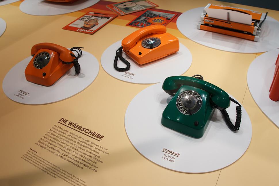 '오렌지 시대(The Orange Age)' 전시회 중 다이얼식 전화기 디자인과 올림피아 휴대용 타자기의 모습. Photo: ⓒ Jana-Madzigon