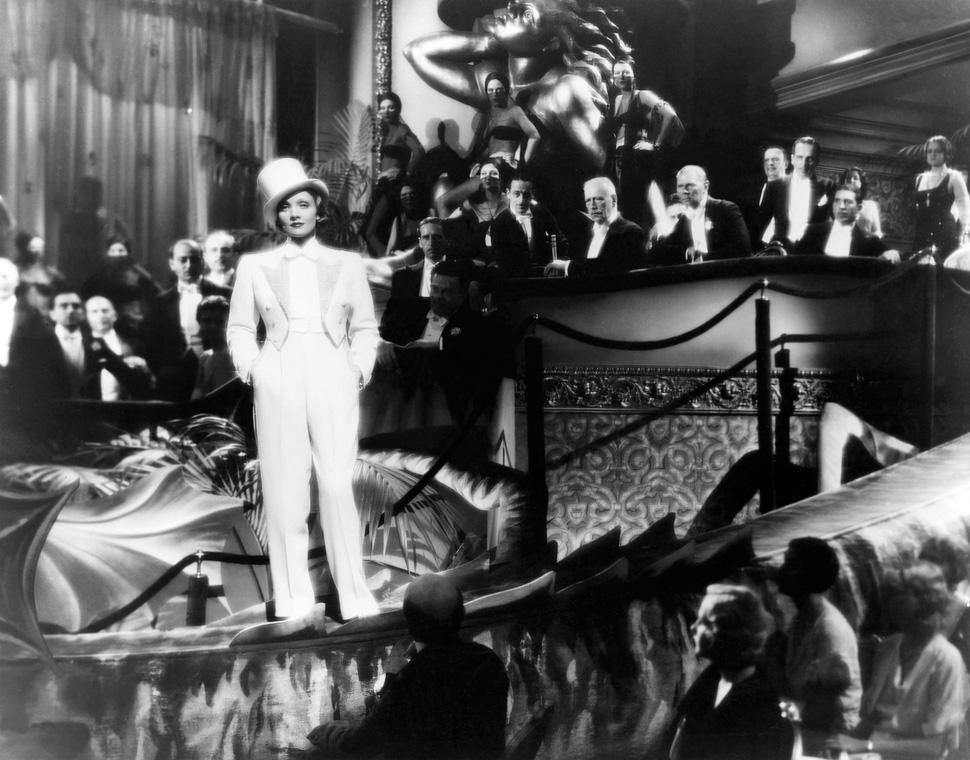 1932년 작 〈Blonde Venus〉에는 전형적인 여성 복장에서 탈피한 여주인공이 등장한다. 무성영화 초기 인기를 끌었던 마를렌 디트리히가 그 역할을 맡았다. ©The Museum of Modern Art