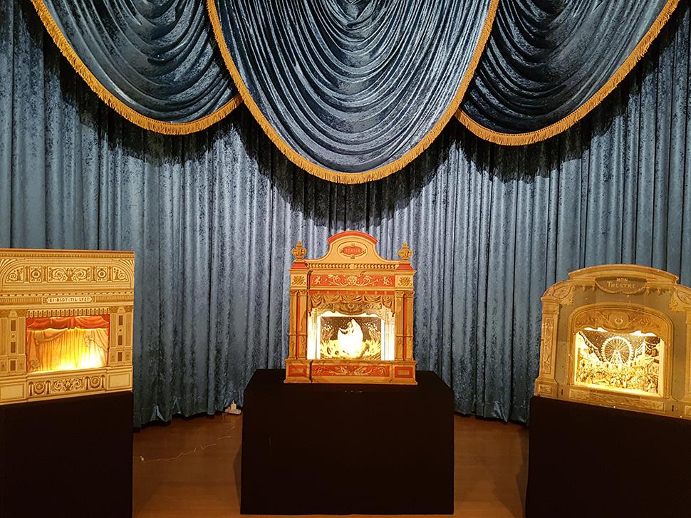'꿈꾸는 이야기'가 펼쳐지는 '종이로 만든 무대'. 아이들은 종이 극장을 통해 다양한 이야기를 들을 수 있었다.