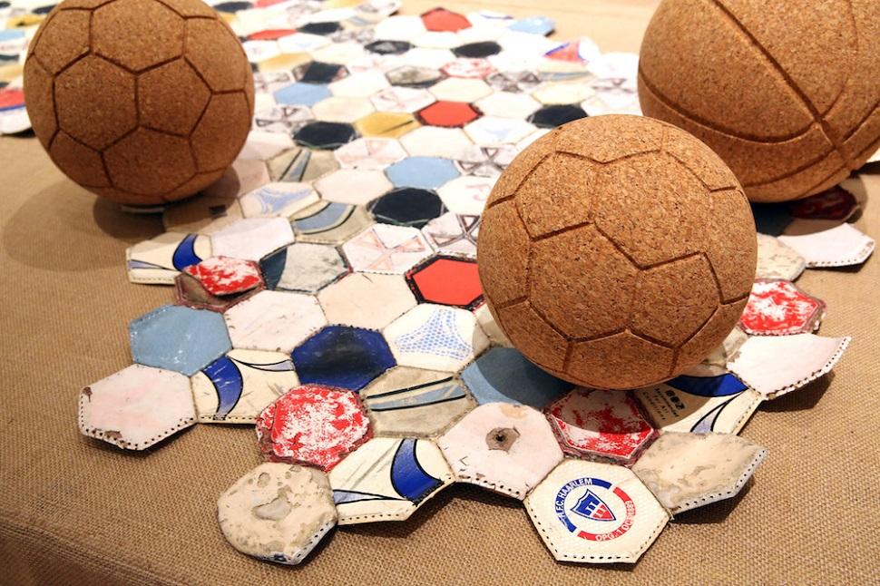 독일 함부르크의 미술과 공예 박물관에서 진행 중인 '쓰레기에서 황금으로 - 업사이클! 업그레이드!' 가운데 코르크를 재활용해 만든 축구공. Photo: Anja Beutler.