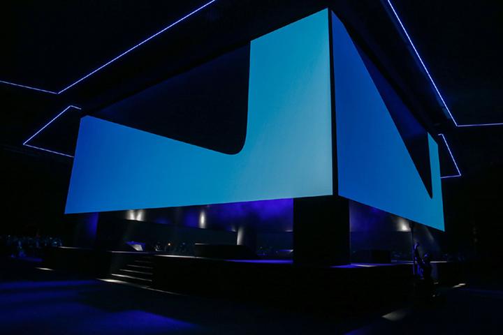 푸른 빛으로 꾸며진 언팩 2016 무대