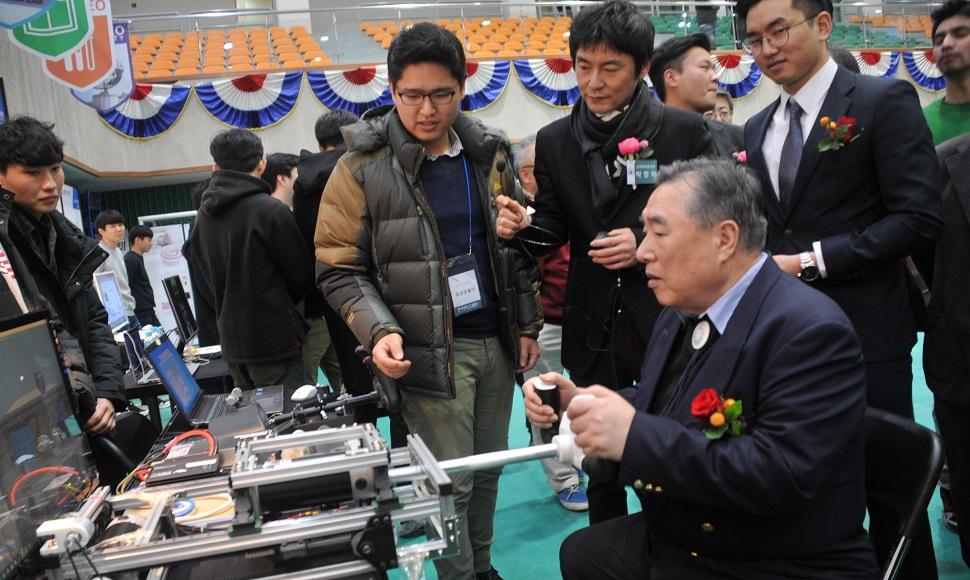 함기선 총장이 LINC+ 성과확산 페스티벌에 참가해 제품을 시연하고 있다.