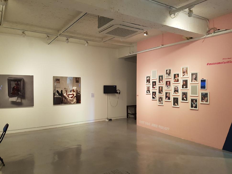 2층 전시장. 아말리아 울만의 작품과 올리비아 무스의 작품