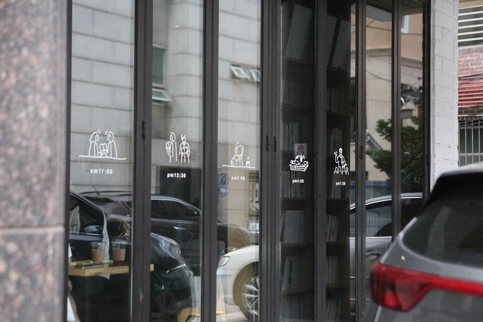 책 모양의 돌출간판과 윈도우 사인으로 북카페의 아이덴티티를 표현한 '마이북'